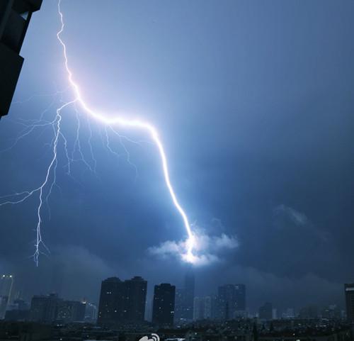 南京遇强对流天气 似科幻大片