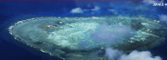 资料图:中国南海南薰岛扩建已填出很大一块面积。 中国搜索讯 美国国务院主管亚太事务的助理国务卿丹尼尔拉塞尔率代表团于本月20日至21日出访菲律宾,同菲方进行双边会谈。拉塞尔赴菲期间,曾谈及敏感的中菲南海争端问题,引起多方关注。 美联社21日称,菲律宾外交部次长贾西亚当日向美方代表出示了中国在南海扩大填海工程的相关证据,声称这些菲方拍摄的照片资料足以证实中方在南海的动作有所升级,但在当日的新闻发布会上,这些所谓的证据并未马上对媒体公布。拉塞尔在发布会上称,美国和菲律宾曾分别敦促中方中